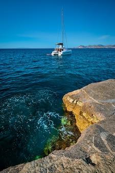 Jacht na plaży sarakiniko na morzu egejskim wyspa milos grecja