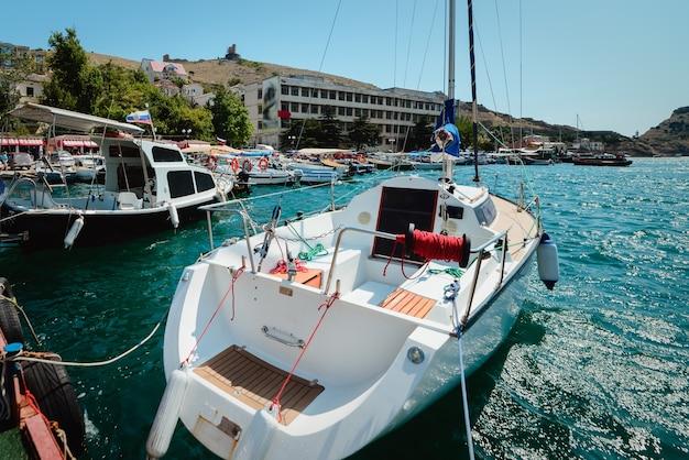 Jacht na promenadzie miasta w słoneczny letni dzień