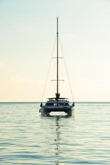 Jacht rekreacyjny na oceanie indyjskim
