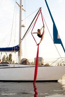 Jacht z gimnastyczką na płótnie