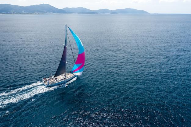 Jacht z kolorowym żaglem na morzu