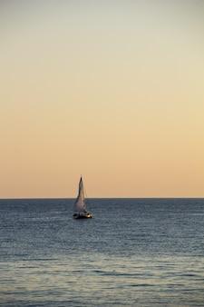 Jacht żaglowy na morzu o zachodzie słońca. morze czarne latem