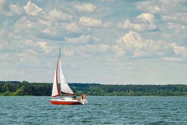 Jacht żaglowy płynie do zatoki