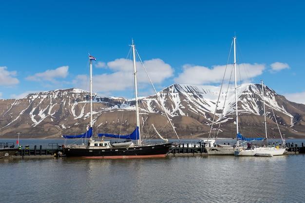 Jacht żaglowy w porcie longyearbyen, archipelag svalbard