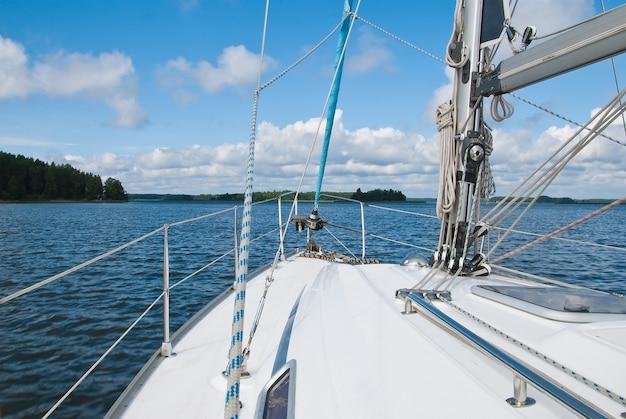 Jacht żaglowy w zatoce fińskiej