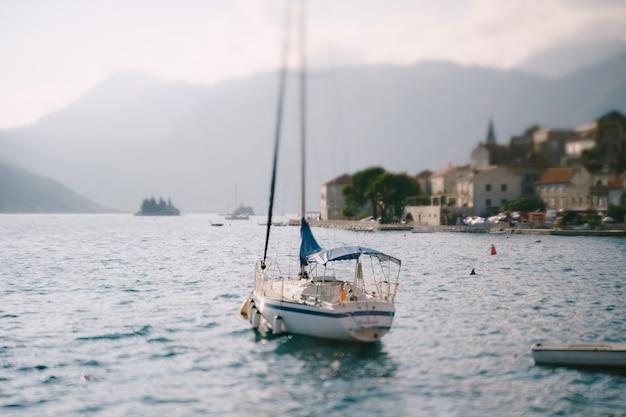 Jacht żaglowy zacumowany w perast