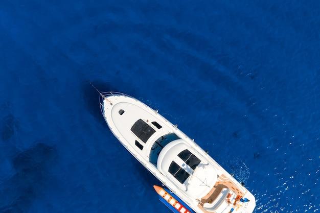 Jacht żeglujący po błękitnym morzu