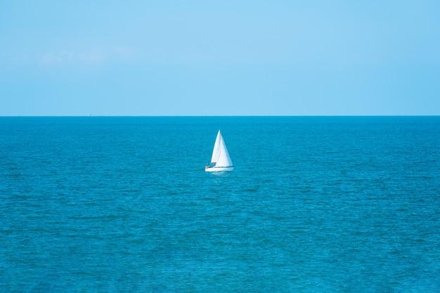 Jacht żeglujący po morzu śródziemnym w pogodny, słoneczny dzień
