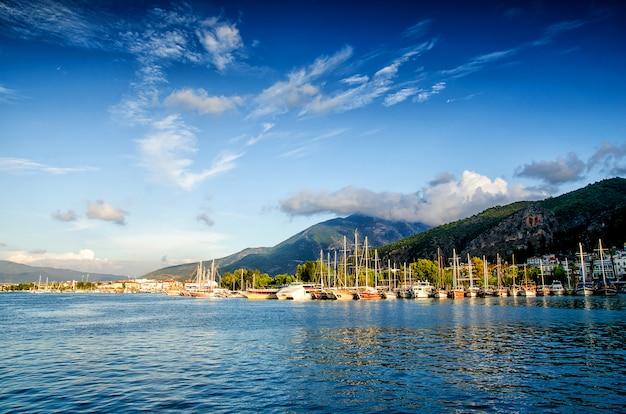 Jachtu schronienie na niebieskie niebo zmierzchu światła tle, urlopowi wakacje pojęcia jachty w porcie morskim