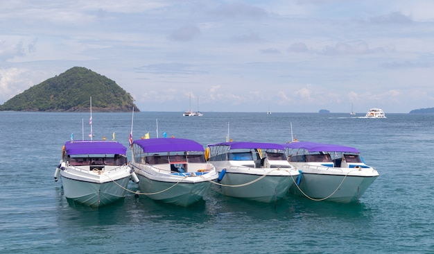 Jachtu turysta na wyspie przy phuket i molo, tajlandia