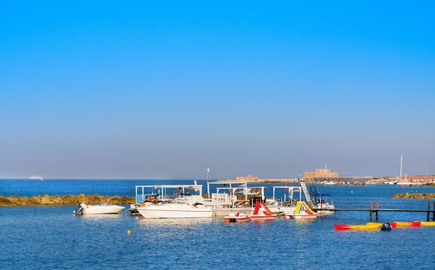Jachty do wynajęcia w pobliżu molo. wybrzeże morza śródziemnego w pafos, cypr