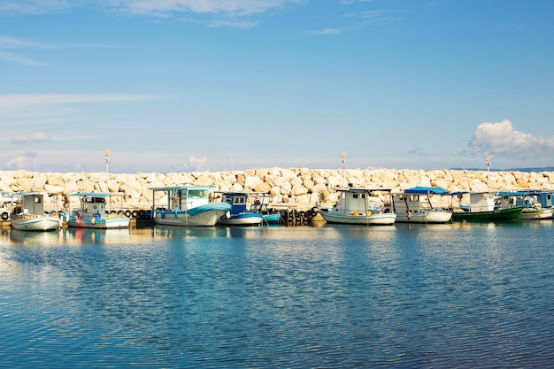 Jachty i łódki w porcie
