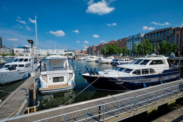 Jachty i łodzie zacumowane w willemdock w antwerpii, belgia