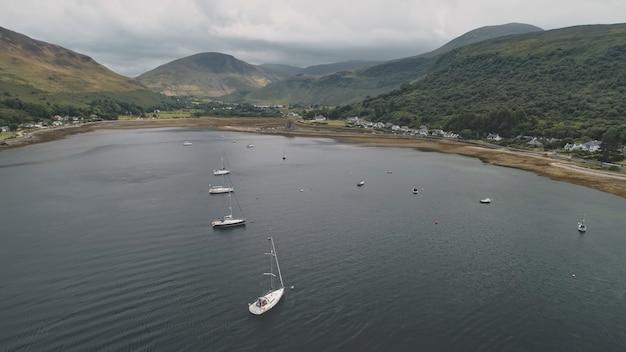Jachty, łodzie, statki na antenie w zatoce oceanicznej szkocji.
