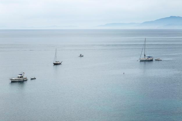 Jachty na morzu, widok z góry. niebieska mgła, piękny krajobraz.