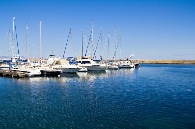 Jachty na nabrzeżu na morzu śródziemnym rano, chania, kreta