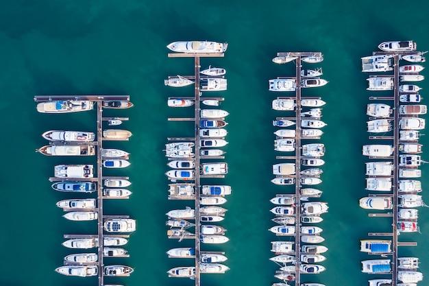 Jachty park nad zatoką