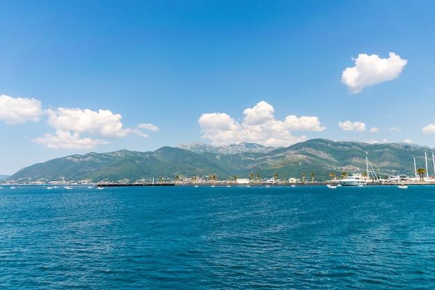 Jachty różnej wielkości i duże statki zacumowane w porcie tivat.
