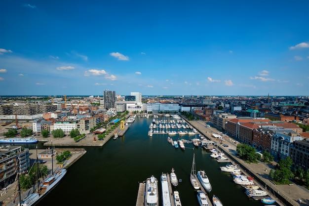Jachty w najstarszej dzielnicy portowej eilandje w antwerpii - nadmorska promenada w belgii