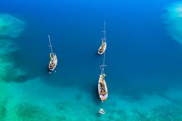 Jachty w zatoce w pobliżu zielonej wyspy. letnie wakacje, grecja, kefalonia.