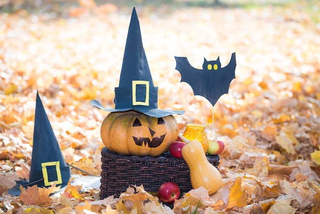 Jack lantern dynia z czarnymi papierowymi kapeluszami jabłkami i papierowymi nietoperzami