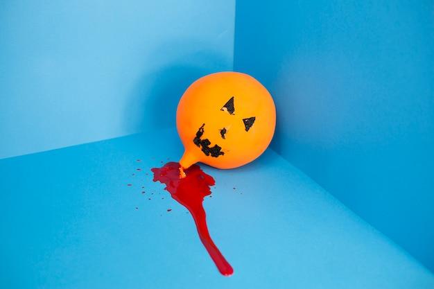 Jack-o-lantern balon w kałuży krwi