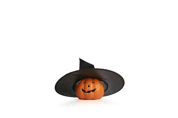 Jack o lantern dynia halloween z kapeluszem wiedźmy na białym tle