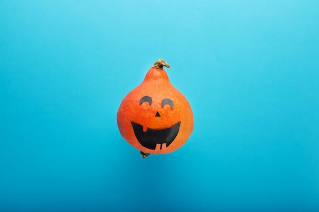 Jack o latarnia na niebieskim tle happy halloween śmieszna twarz