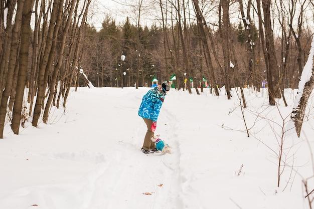 Jack russell terrier pies z kobietą właściciela, grając w zimie na zewnątrz