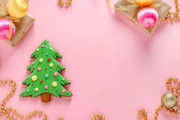Jadalna choinka, piernik, szczęśliwego nowego roku, różowe tło, miejsce, orientacja pozioma