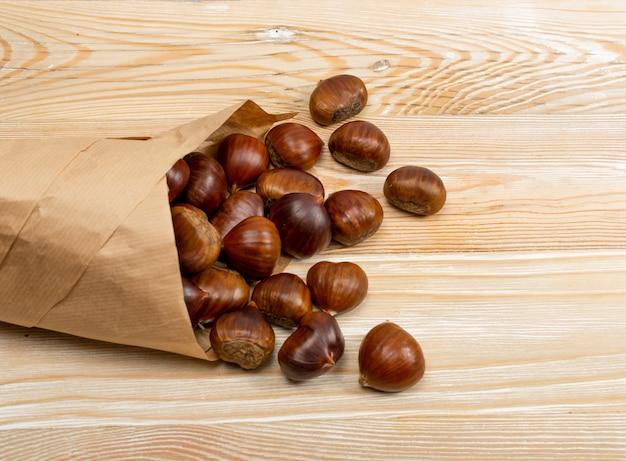 Jadalne słodkie kasztany w całości w papierowej torebce