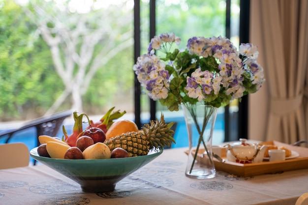 Jadalnia z widokiem na basen i kosz owoców