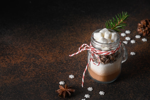 Jadalny prezent świąteczny w słoiku na mason prezent do gotowania gorącej czekolady na brązowo. ścieśniać.