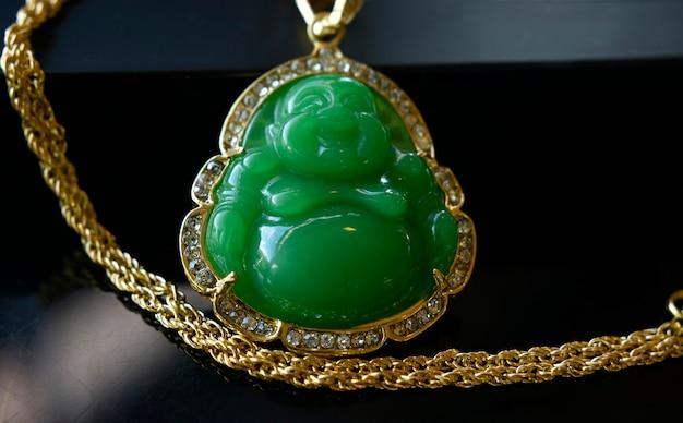 Jade to złoty wisiorek naszyjnik
