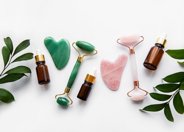 Jadeitowe rolki do masażu twarzy na białym stole