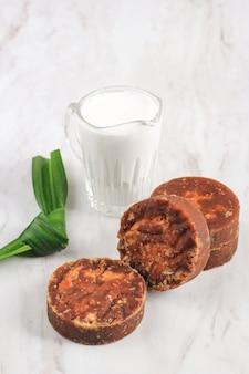Jaggery brązowy cukier, liście pandan i mleko kokosowe. przygotowanie składników jajan pasar, indonezyjska tradycyjna żywność lub przekąska, jak kolak, bubur sumsum, lupis, kue cucur