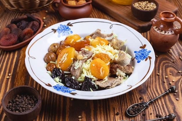 Jagnięcina z ryżem suszone owoce kasztany przycinają przyprawy widok z boku