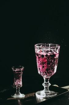 Jagoda pije ciemną i nastrojową fotografię