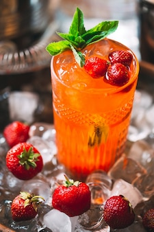 Jagodowy koktajl na tacy. zbliżenie na zimny koktajl.