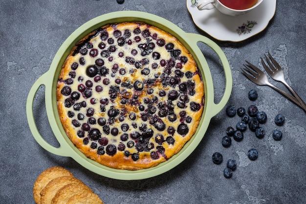 Jagodowy tarta babka, ciasto w silikonowym naczyniu do pieczenia, na szarej powierzchni