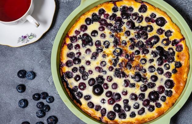 Jagodowy tarta babka, ciasto w silikonowym naczyniu do pieczenia, na szarym stole