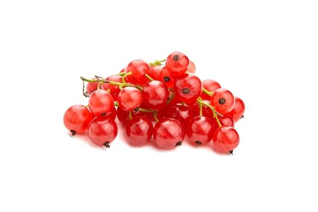 Jagody czerwonej porzeczki na białym tle