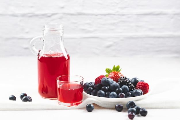 Jagody i detox sok na białym tle