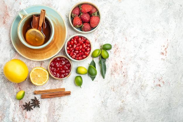 Jagody i herbata filiżanka herbaty cynamon owoce cytrusowe jagody konfitury ciasteczka