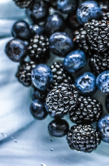 Jagody i jeżyny jako tło owocowe zdrowa żywność i sok jagodowy wegańska przekąska i dieta n...