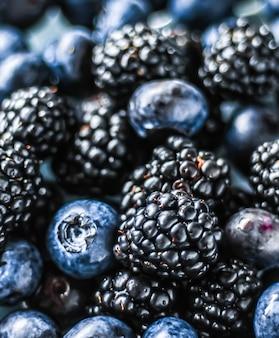 Jagody i jeżyny jako tło owocowe zdrowa żywność i sok jagodowy wegańska przekąska i odżywianie dietetyczne