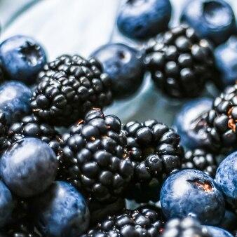 Jagody i jeżyny jako tło owocowe zdrowa żywność i sok z jagód wegańska przekąska i odżywianie dietetyczne