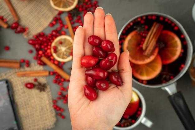 Jagody i przyprawy do gotowania grzanego wina z bliska na stole w kuchni