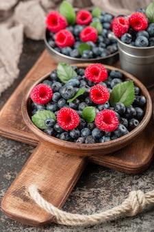 Jagody letnie mieszają się z malinami i jagodami.