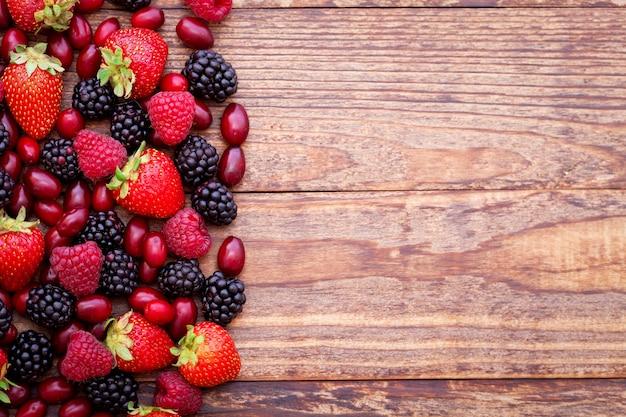 Jagody, letnie owoce na drewnianym stole. pojęcie zdrowego stylu życia.
